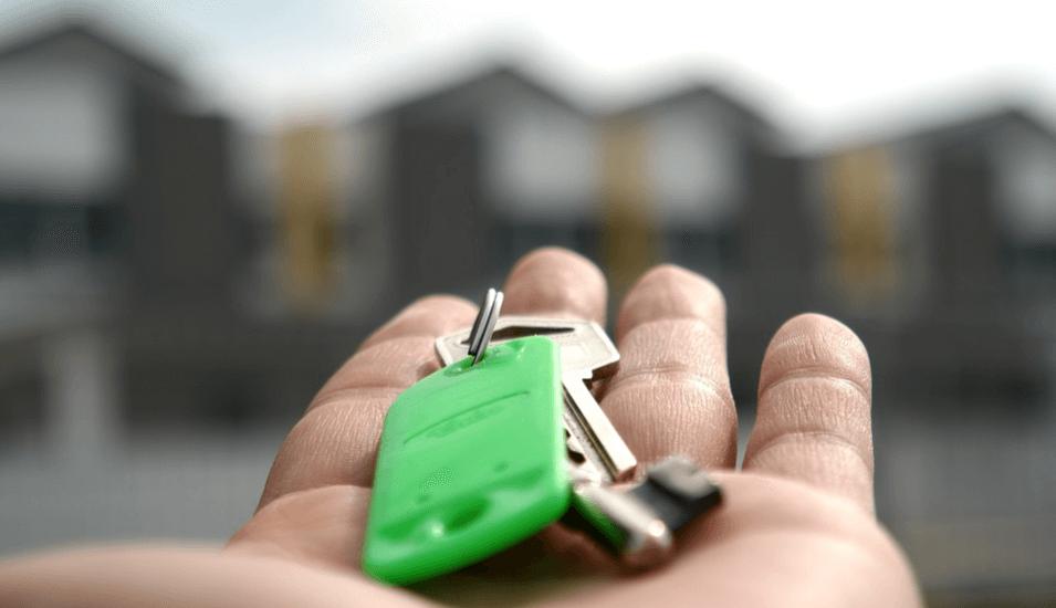 На фото изображены ключи от новой квартиры.