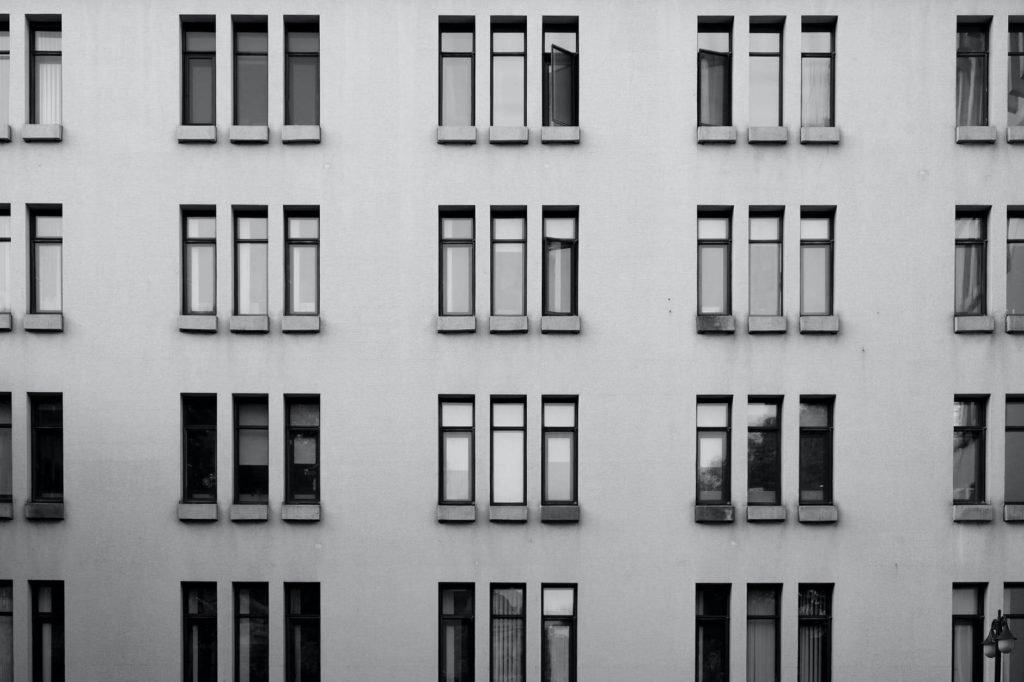 На фото изображен фасад многоэтажного дома.