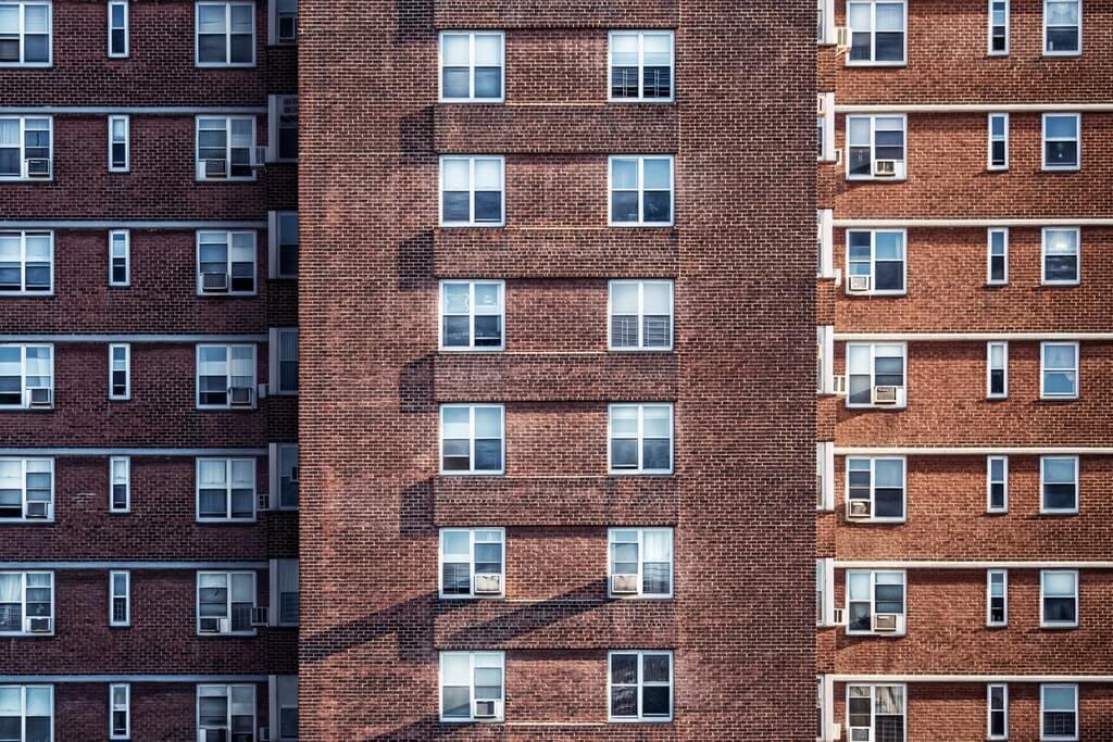 На фото изображен фассад жилого дома.