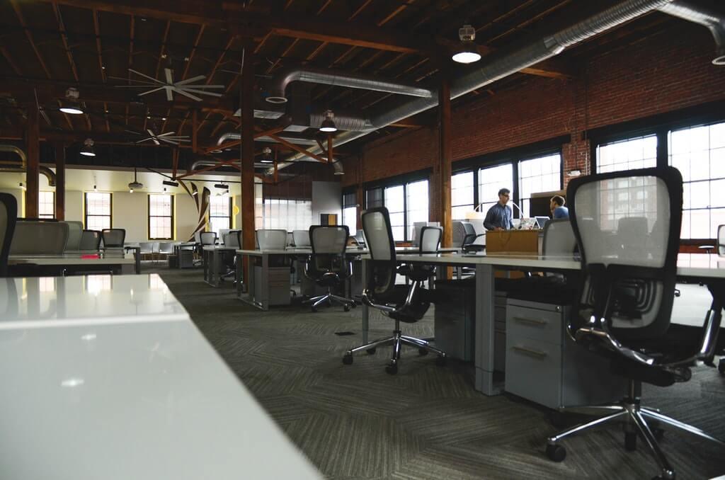 На фото изображен офис (изнутри).