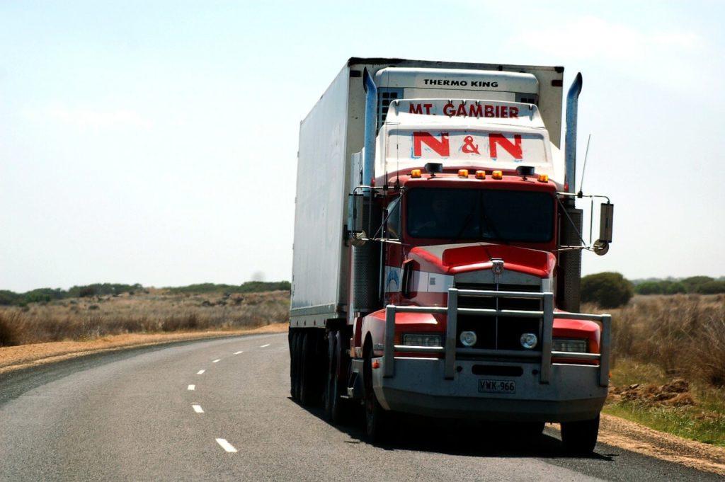На фото грузовик перевозит груз.