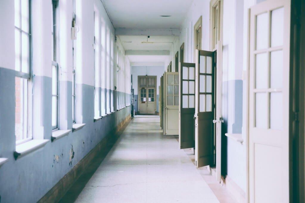 На фото изображен коридор в нежилом помещении.