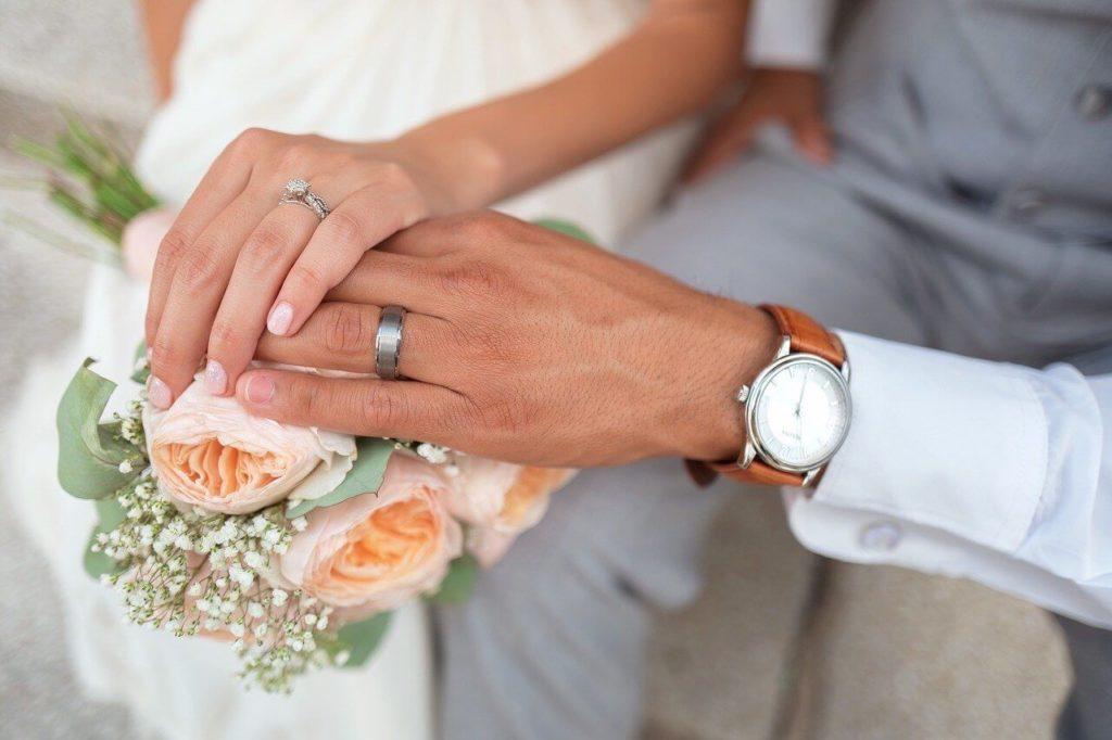 На фото супружеская пара.