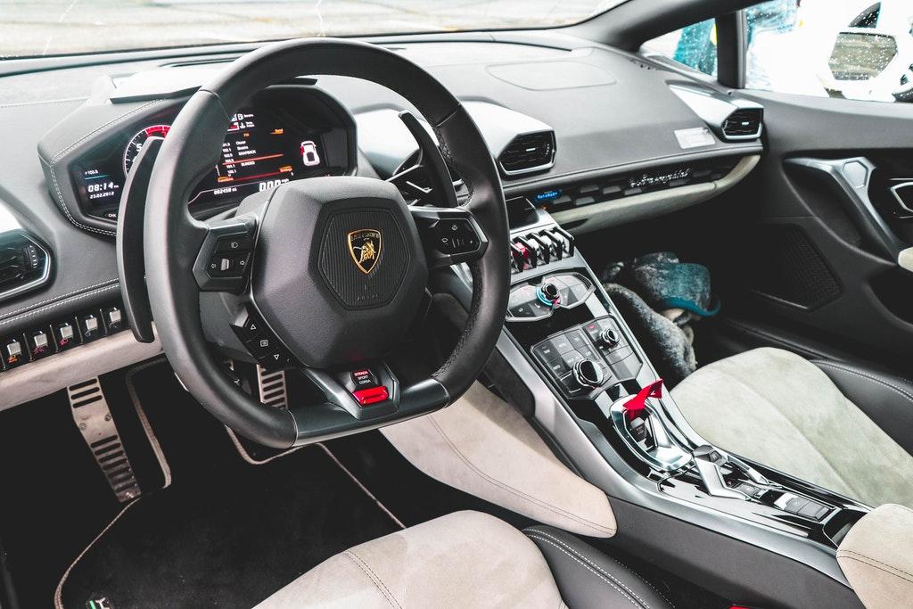 На фото изображен салон автомобиля.