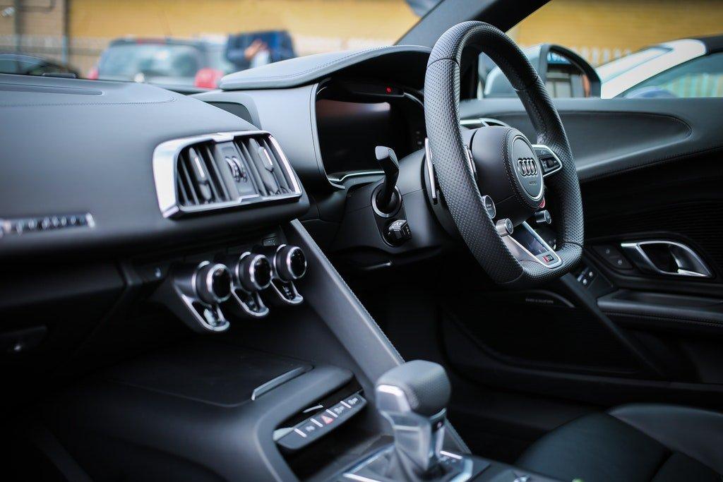 На фото изображен салон авто.