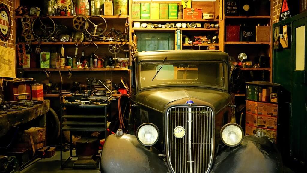 На фото раритетное авто в гараже.