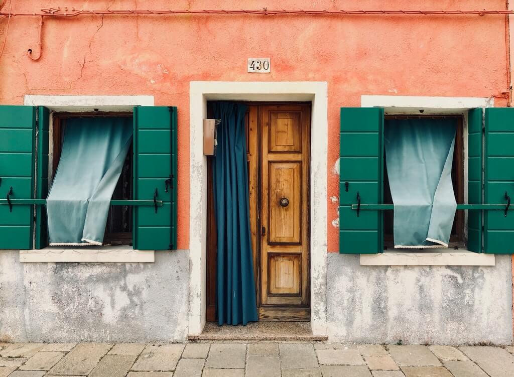 На фото изображен жилой дом.