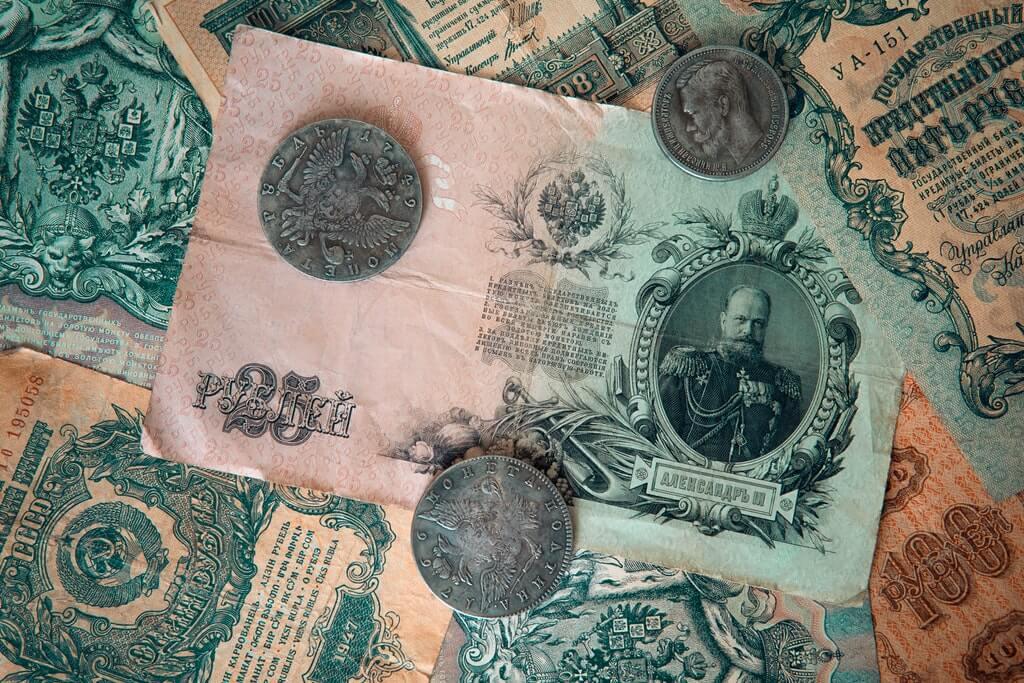 На фото изображены старые рубли.