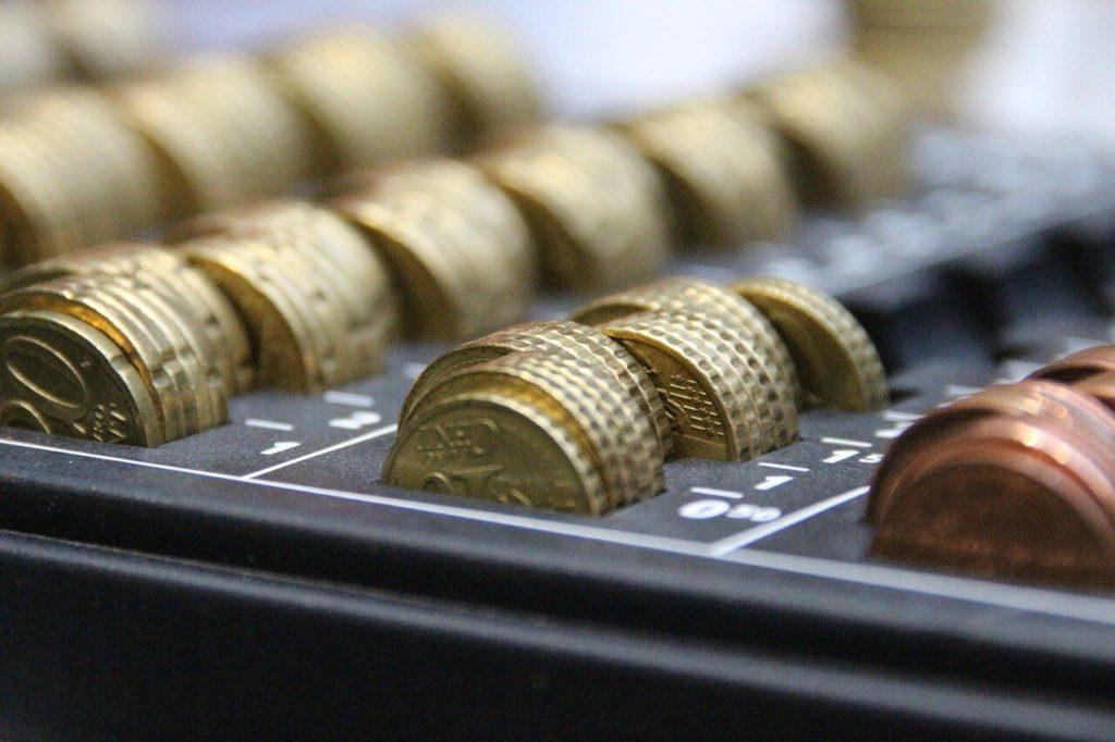 На фото изображены монеты.