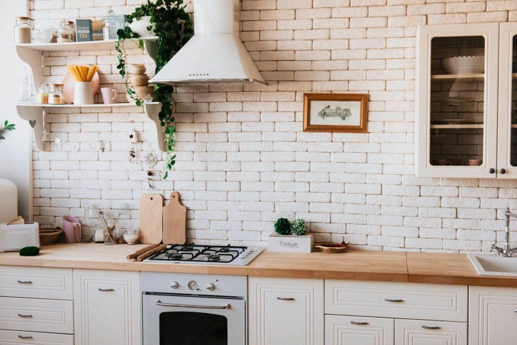 На фото изображена кухня в квартире.