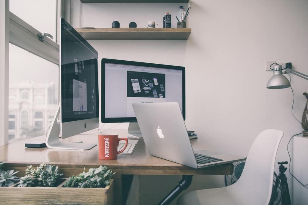 На фото изображена компьютерная техника в жилом помещении.