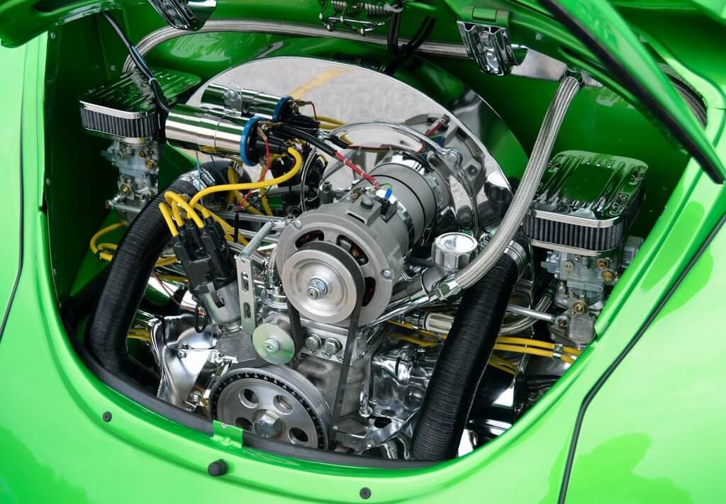 На фото двигатель авто.
