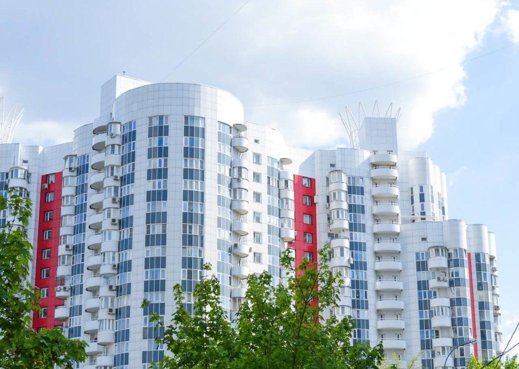 На фото юольшое многоэтажное здание.