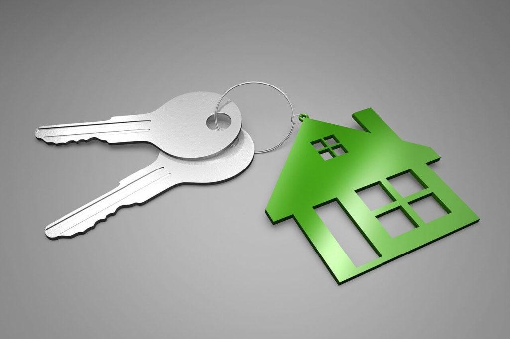 На фото ключи с брелком в виде дома.