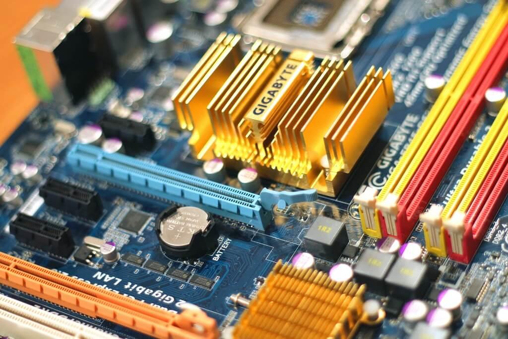 На фото изображена материнская плата компьютера.