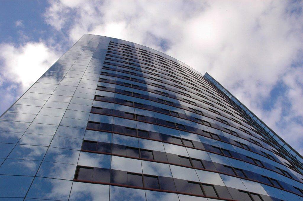 На фото изображено многоэтажное здание.