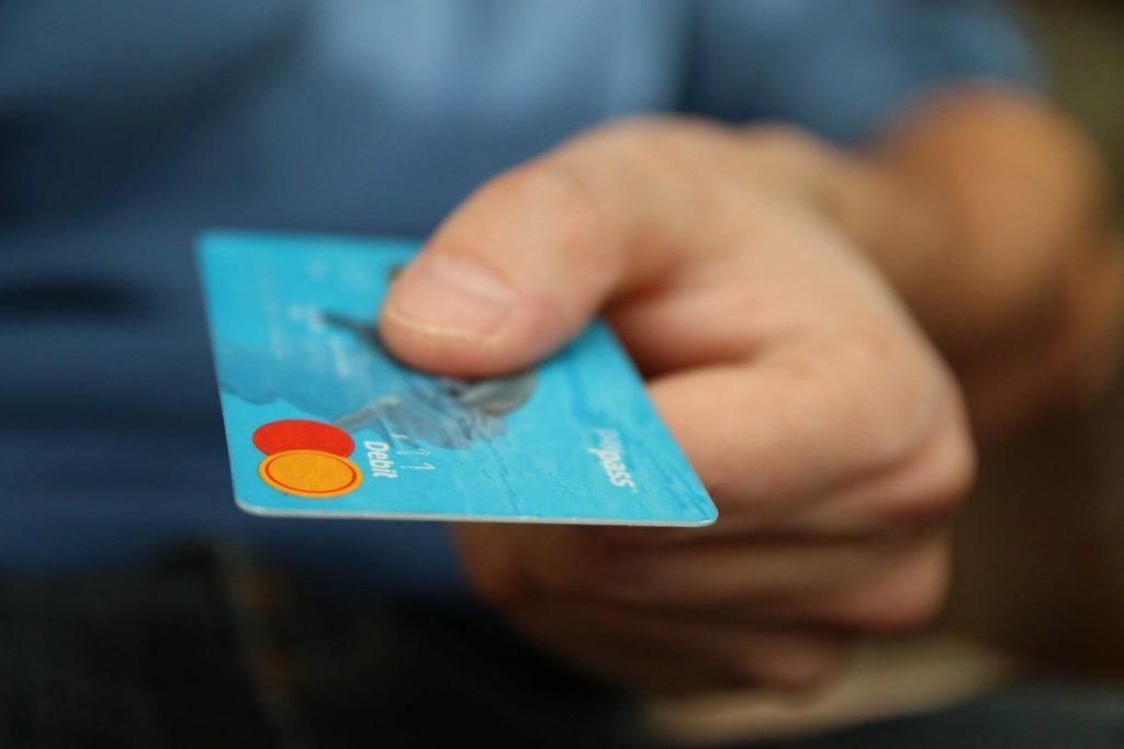 На фото покупатель хочет расплатиться банковской карточкой.