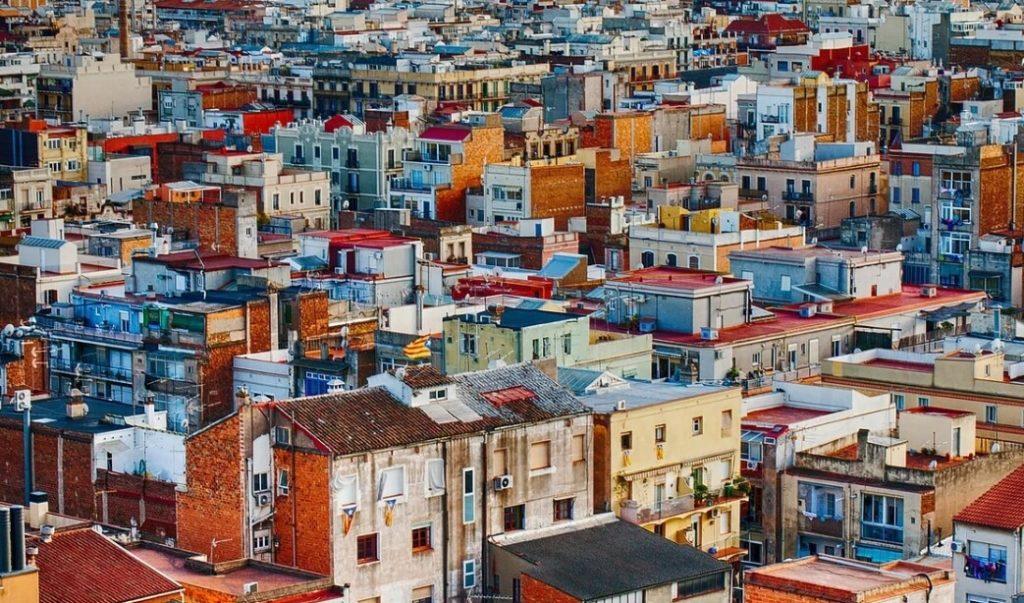 На фото изображено большое количество зданий.