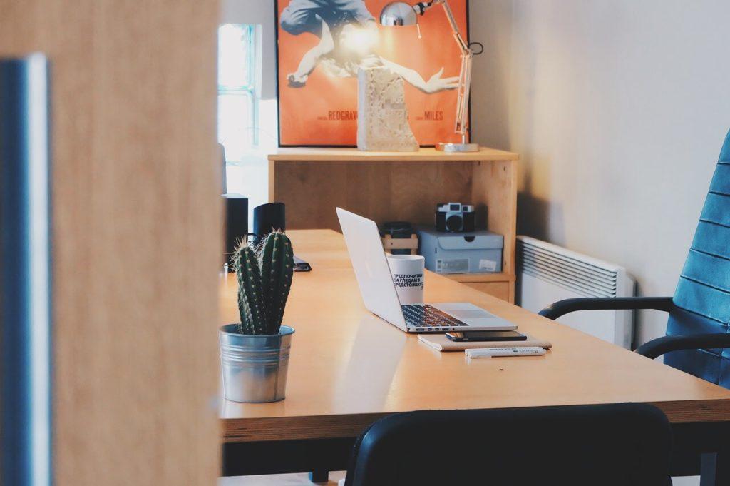 На фото изображен рабочий кабинет в офисе.