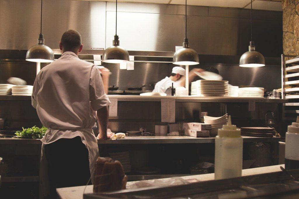 На фото изображены работники на кухне.