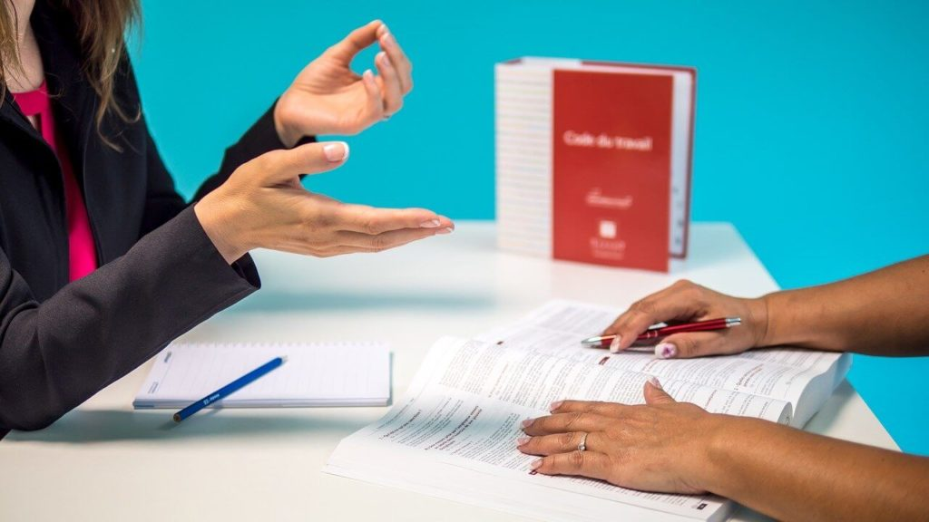 На фото изображено обсуждение составления трудового договора.