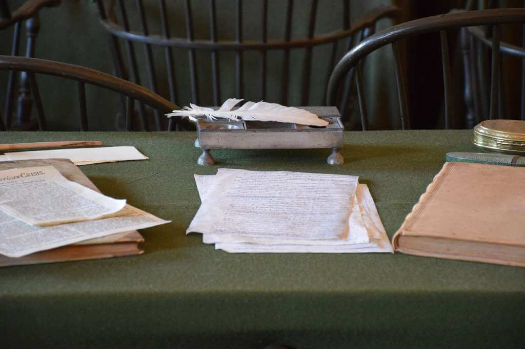 На фото документы лежат на столе.