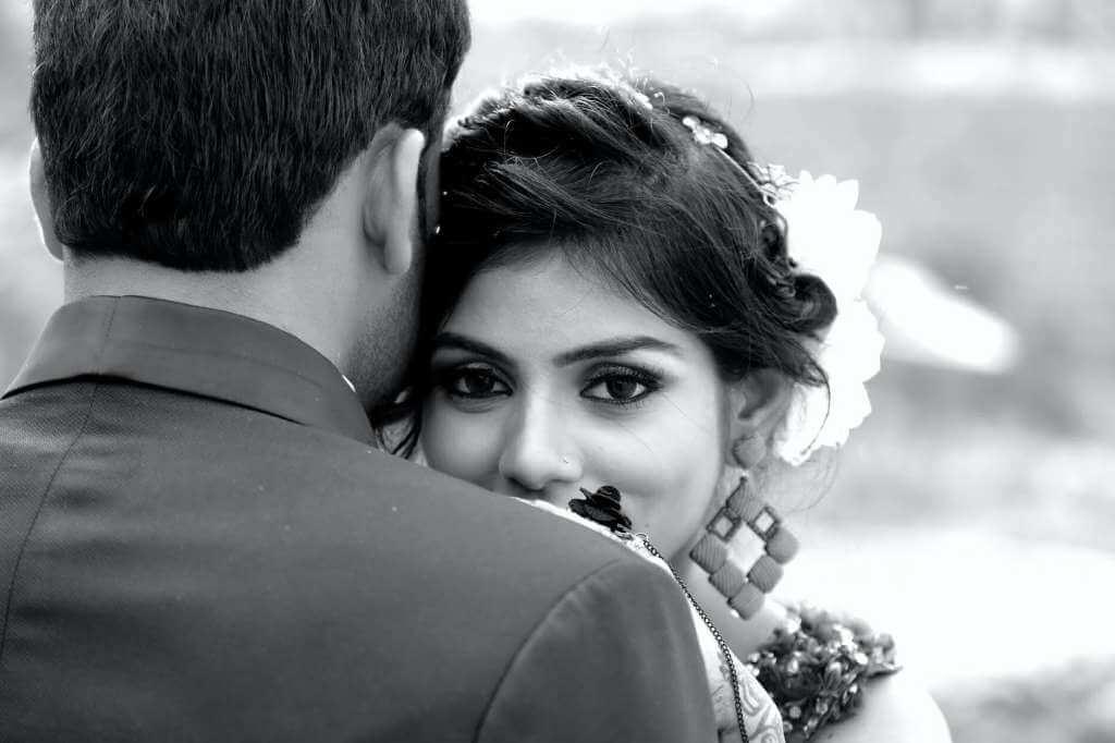 На фото муж обнимает жену.