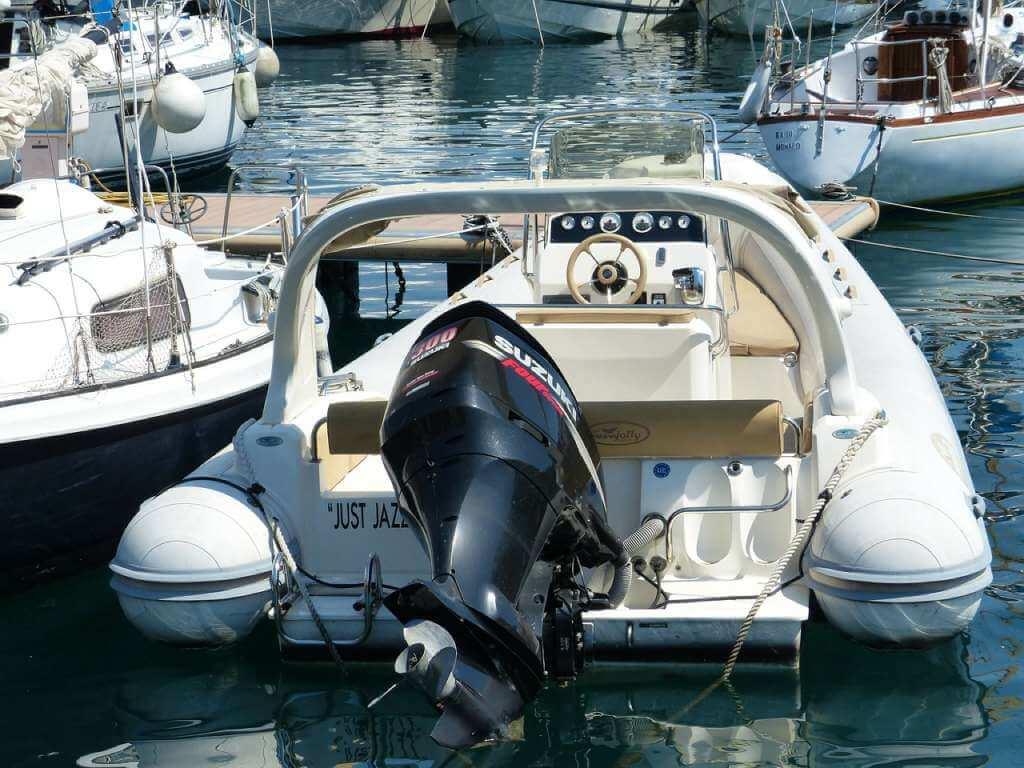 На фото лодка с мотором.