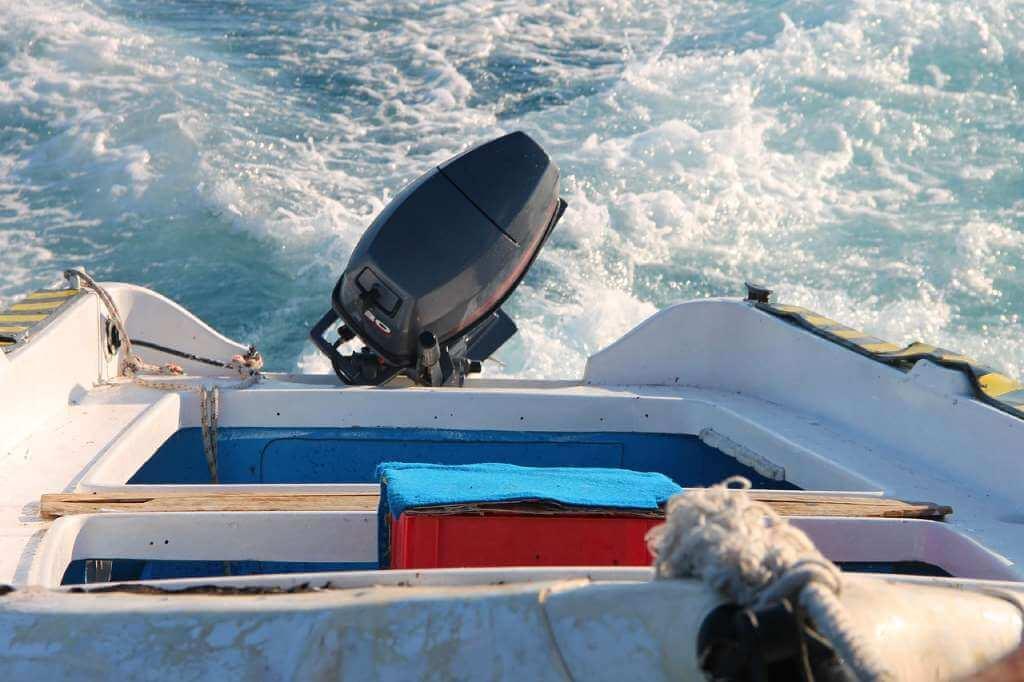 На фото подвесной лодочный мотор.