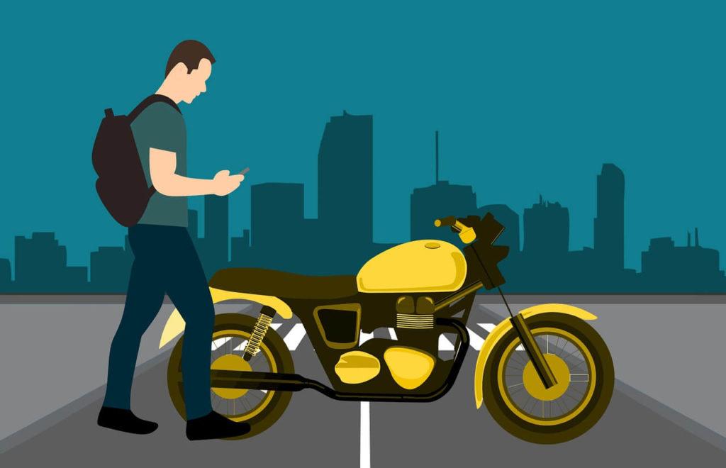 На фото изображен человек с рюкзаком возле мотоцикла.