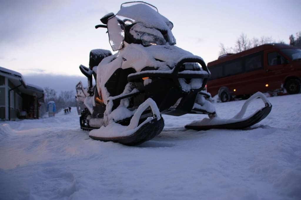 На фото изображен снегоход.