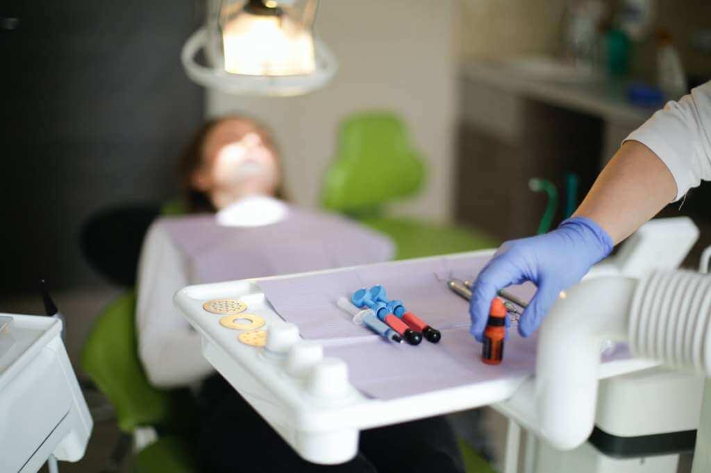 На фото девушке предоставляются медицинские услуги.