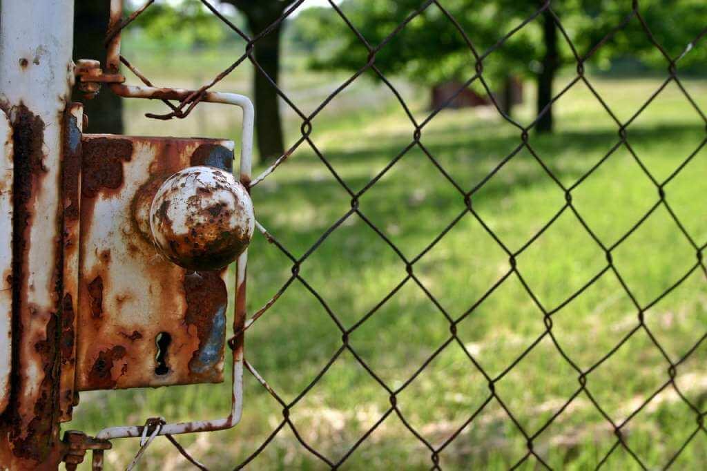 На фото ограждение перед земельным участком.