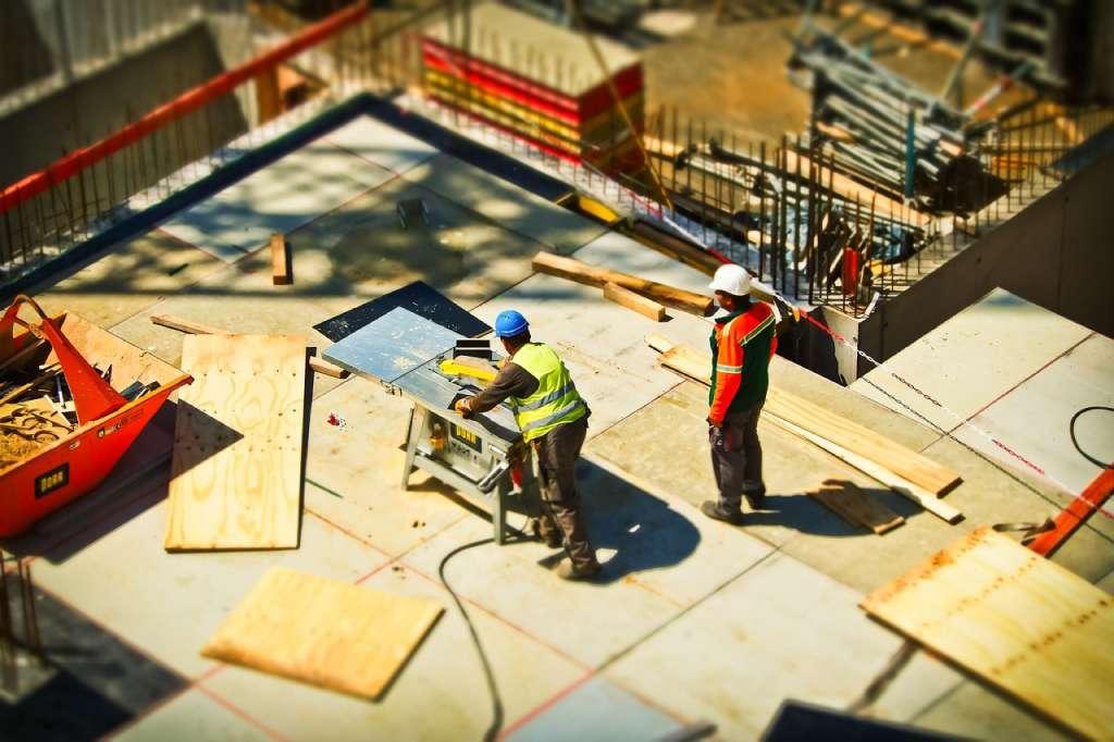 На фото строительные работы.