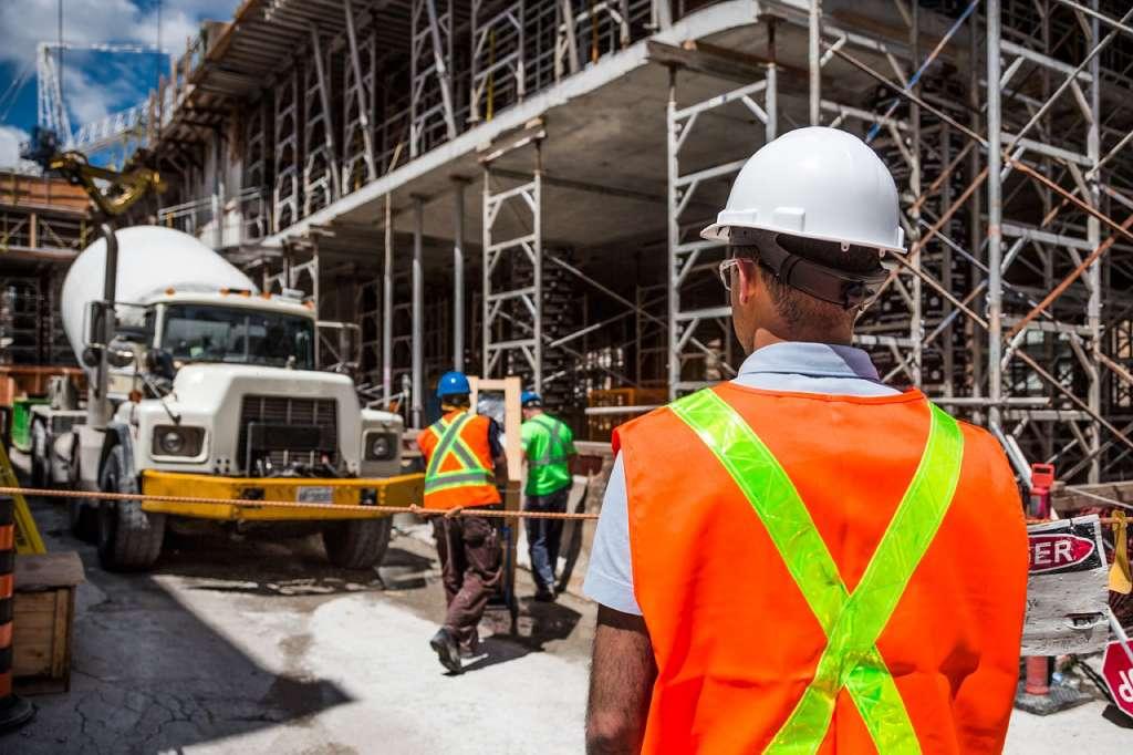 На фото изображен процесс строительных работ.