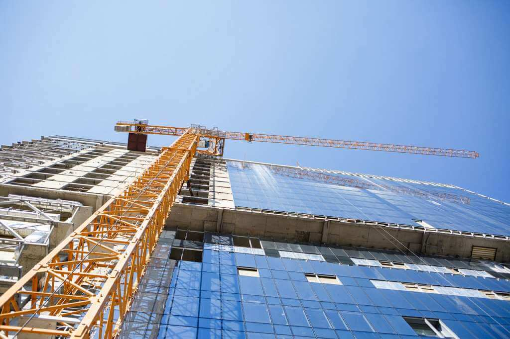На фото строительство многоэтажного дома.