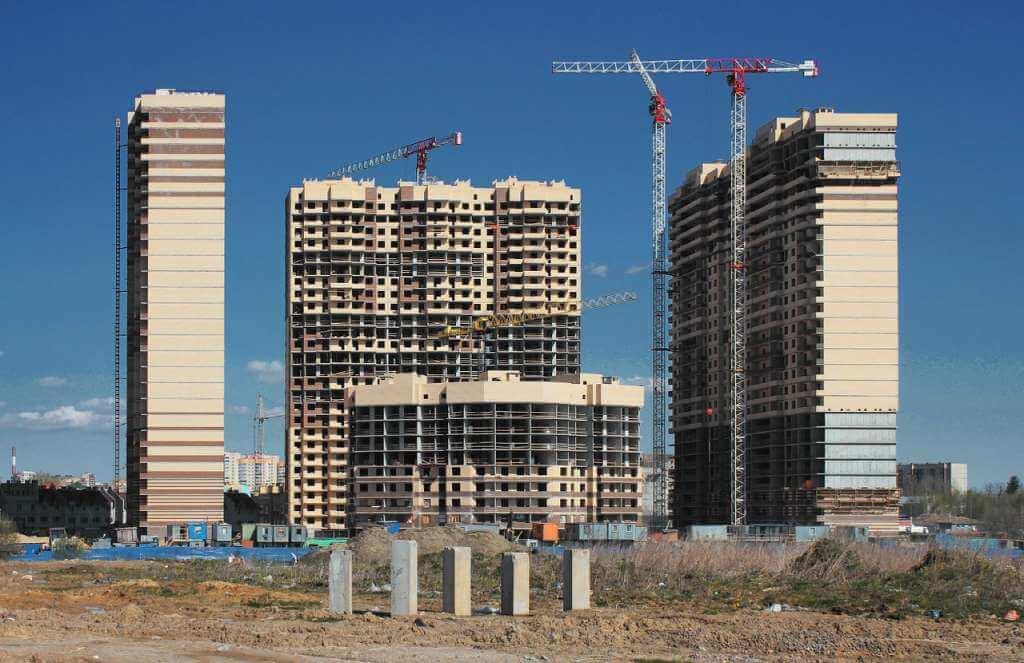 На фото изображено строительство многоэтажного здания.