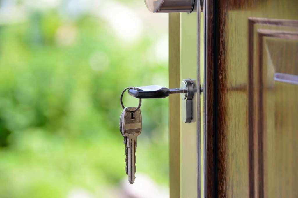 На фото изображен ключ в дверном замке.