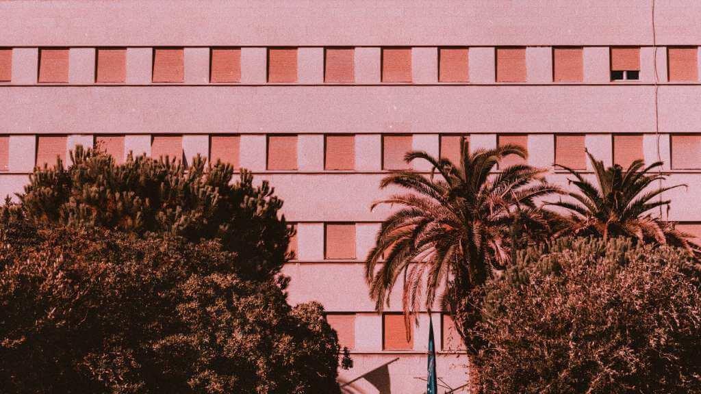 На фото многоквартирное здание.