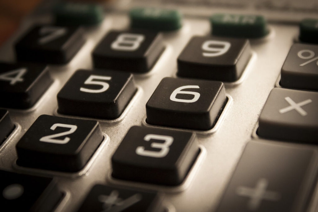 На фото изображен калькулятор.