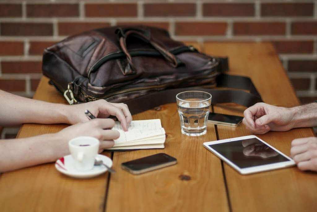 На фото партнеры обсуждают детали.