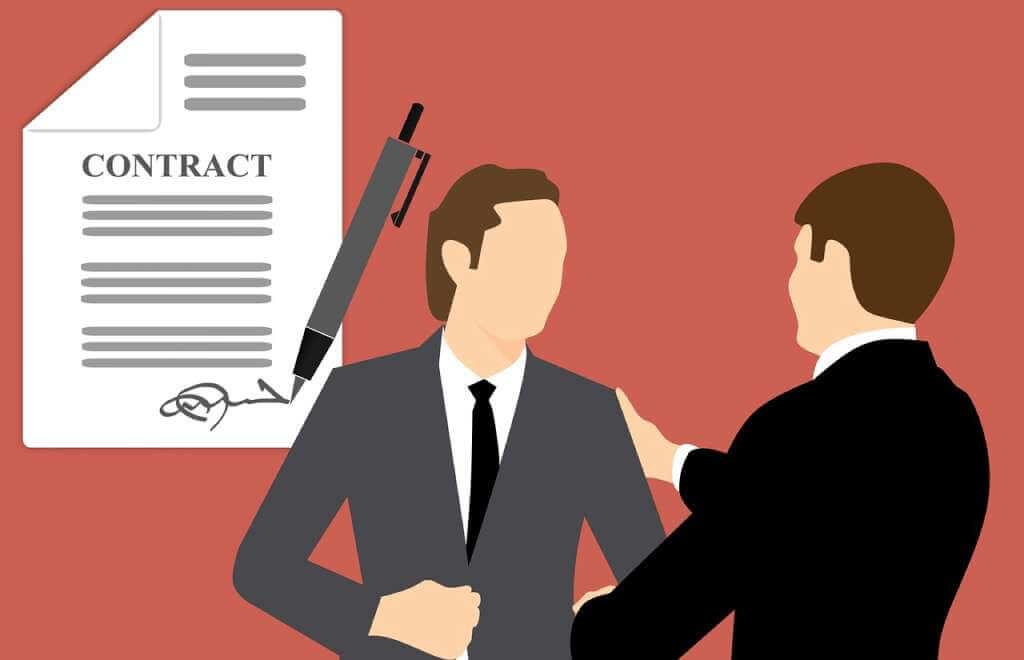 На фото две стороны заключают контракт.