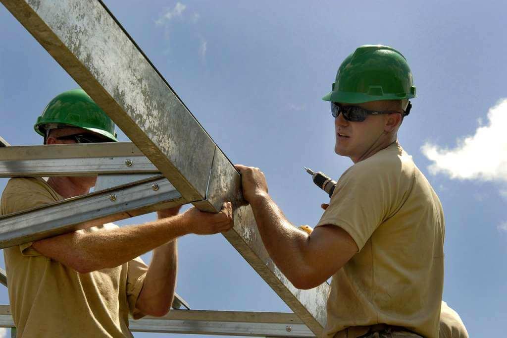 На фото строители за работой.