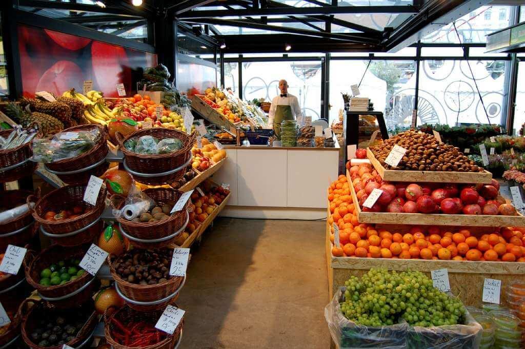 На фото изображены продукты питания в магазине.