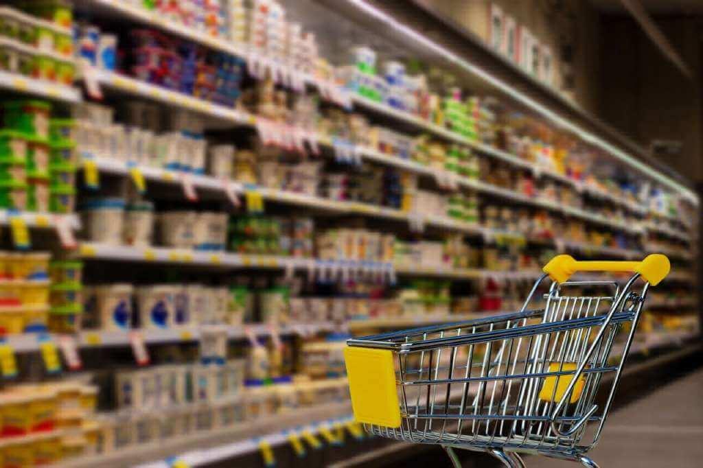 На фото продукты питания в супермаркете.